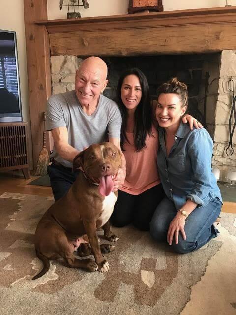 Stewart con su familia y su perra
