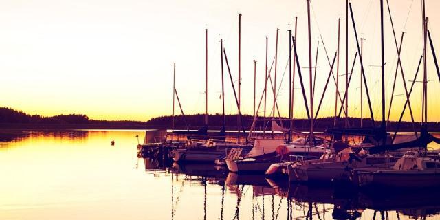 Puesta de sol en un puerto pesquero con embarcaciones