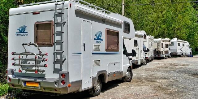 parking de un camping de autocaravanas
