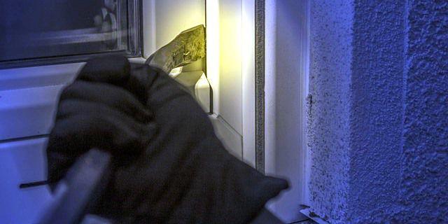 Un ladrón intenta acceder a una casa.