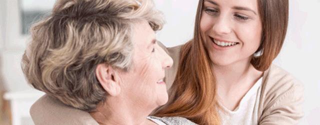 Madre hija hablando sobre asegurarse por fallecimiento