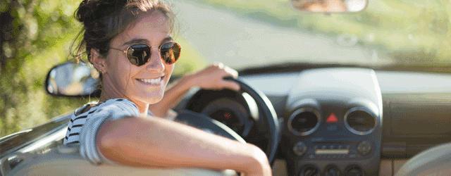 mujer al volante de su coche