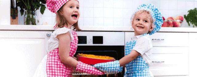 niños haciendo una tarta en casa