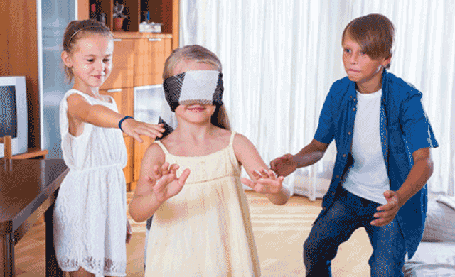 niños jugando al escondite en casa