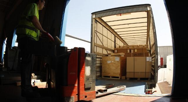 Operario descargando un camión