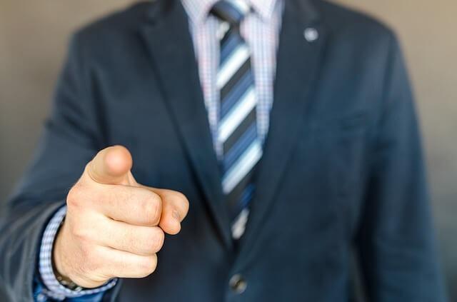 Jefe señala a alguien que va a despedir