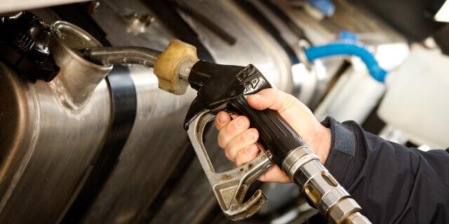 Portugal: La ley de gasóleo profesional permite el reembolso... (imagen: camionero repostando)