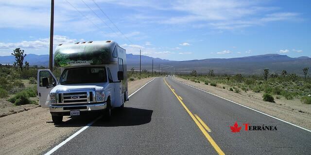 Auto-caravana en la carretera