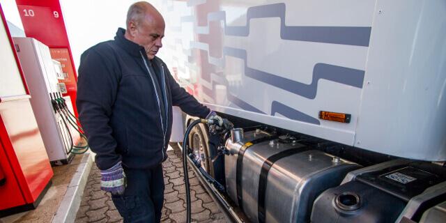Navarra dirá adiós al polémico impuesto sobre los hidrocarburos: Camionero repostando