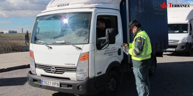 Control de carretera de la Benemérita. La Xunta de Galicia quiere extender el gasóleo bonificado al transporte ligero