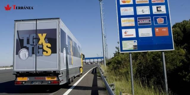 camion transportista recorriendo carretera española antes de la nueva ROTT