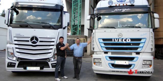 Transportistas autónomos con sus camiones