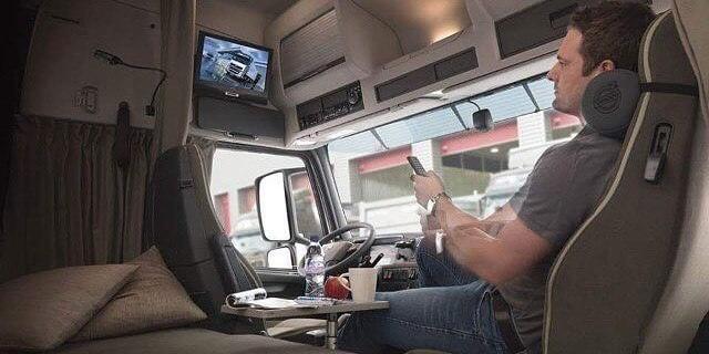 Camionero descansando en cabina de camión volvo