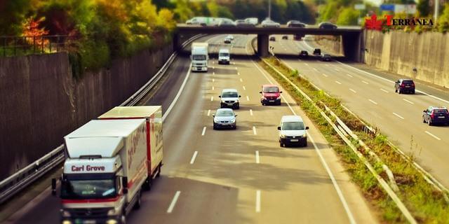 autopista europea camion dumping carretera con trafico