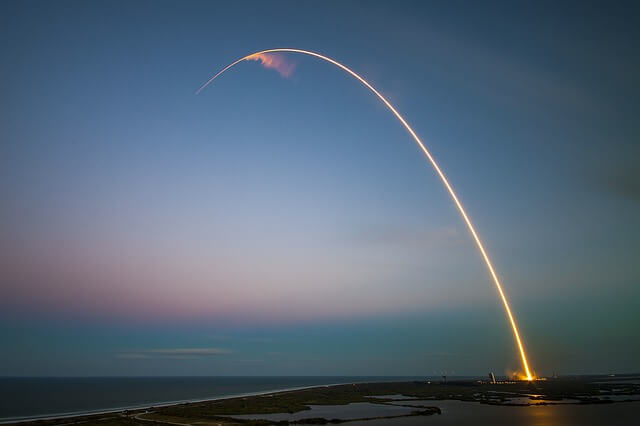 cohete lanzamiento a la estratosfera de cenizas