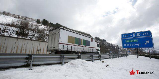 camion circula por carretera de peajes nevada