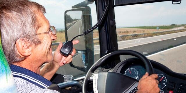 transportista en edad de solicitar la jubilación anticipada conduciendo su camión