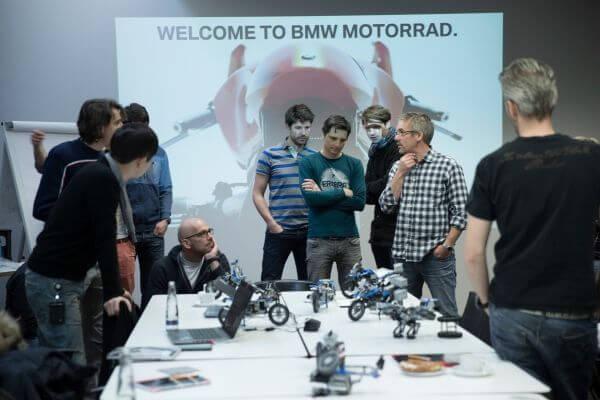 disenadores bmw y lego trabajando en la hover ride