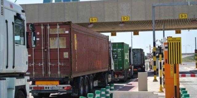 camiones de contenedores accediendo al puerto de Valencia