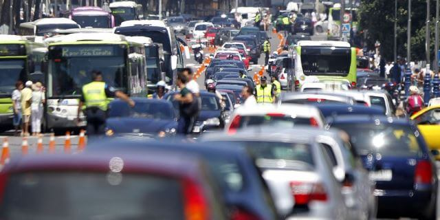 Típico atasco en el centro de una ciudad española
