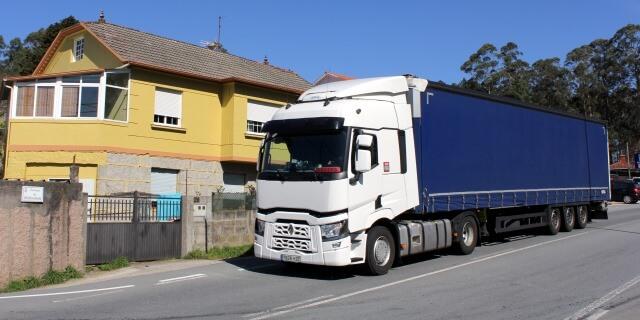 Camión aparcado junto a vivienda residencial