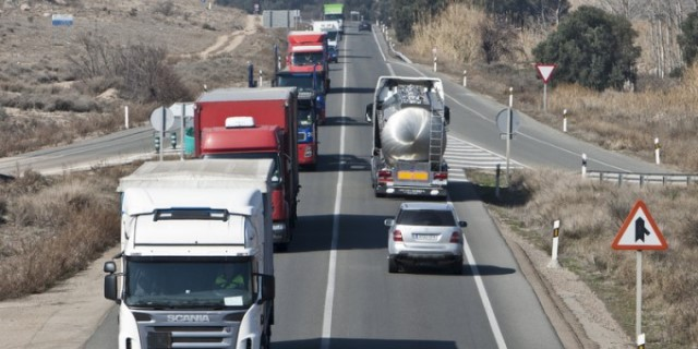 En marcha la renovación del Comité Nacional del Transporte (Imagen: camiones circulando por carretera)