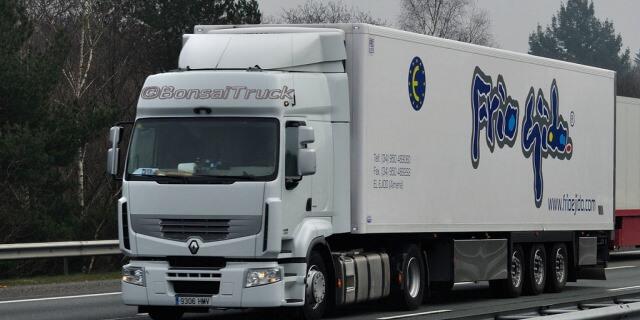 camión de mercancías hortofrutícolas circulando sin restricciones