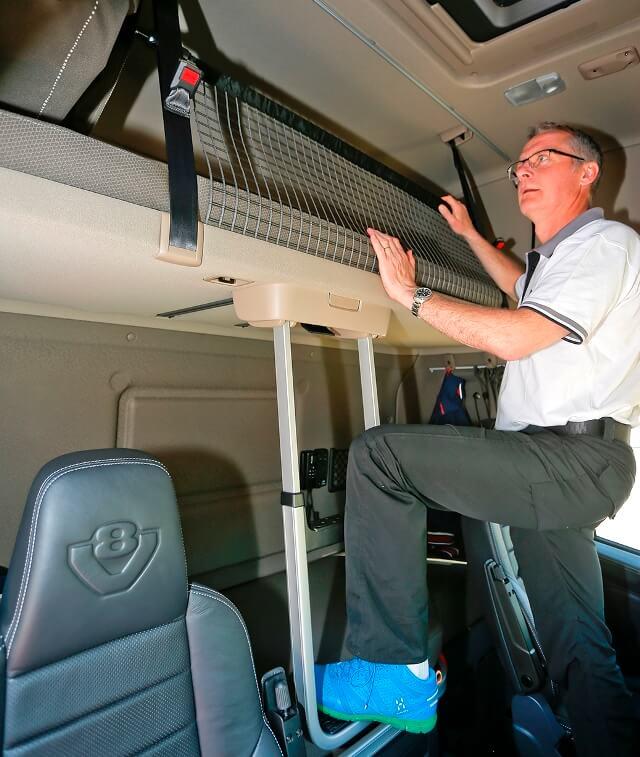 Prohibición cabinas: transportista alemán descansando en su camión