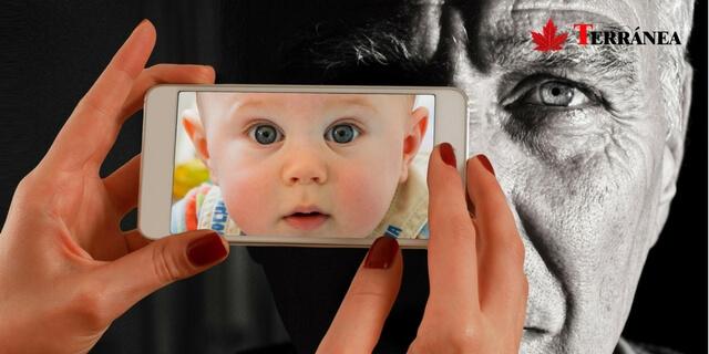 Anciano y móvil con foto de niño