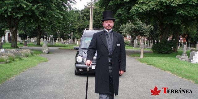 coche fúnebre y caballero cubiertos por el mejor seguro de decesos