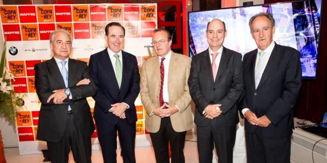 Directivos de MAPFRE y organizadores regata en la presentación de la 36ª Copa del Rey MAPFRE