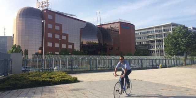 Empleado de Liberty acudiendo en bici al trabajo