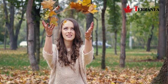 Mujer lanzando hojas