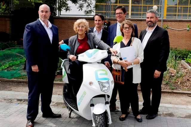 La alcaldesa de Madrid, Manuela Carmena, en la inauguración de eCooltra en la capital