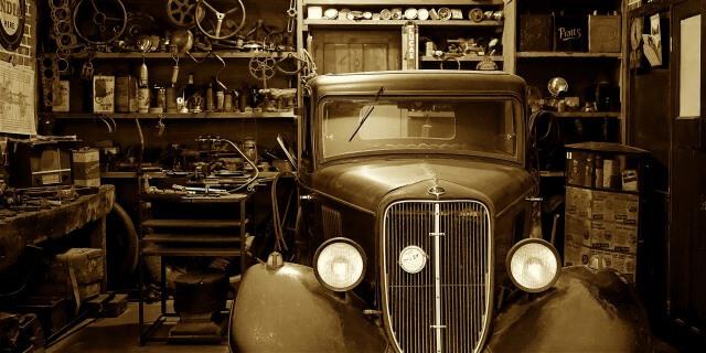 Coche clásico en garaje
