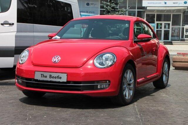 Volkswagen New Beetle de color rojo