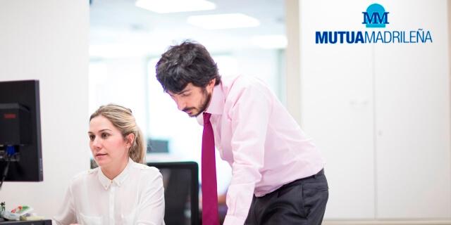 Hombres y mujeres trabajan codo con codo en Mutua Madrileña sin brecha salarial que distinga su retribución por cuestiones de sexo