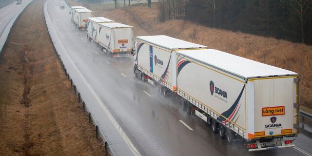 camiones haciendo platooning en carretera
