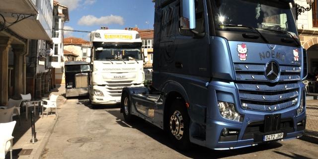 Transporte de mercancías por carretera: tres camiones repostando