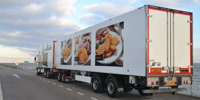 Los megacamiones como éste circulan por las carreteras, pero no pueden hacerlo con mercancías peligrosas