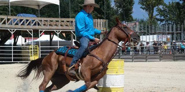 Cowboy montando a caballo