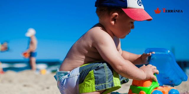 niño jugando al sol en la play
