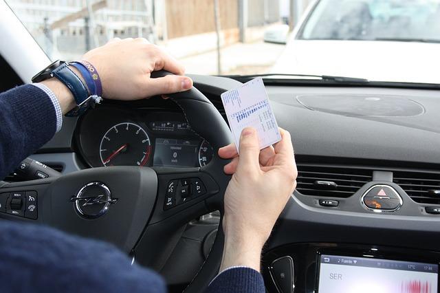 Conductor con su carnet de conducir, diferente al carnet de conducir internacional que necesitas para conducir en el extranjero