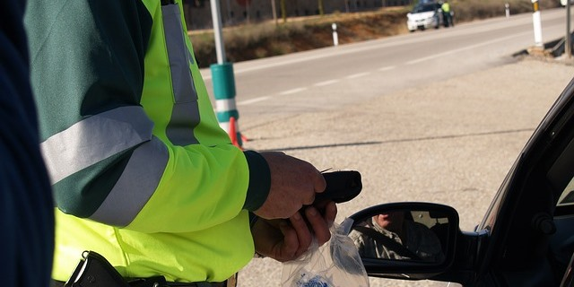 Guardia Civil trabajando en carretera con radares para controlar la velocidad de los conductores