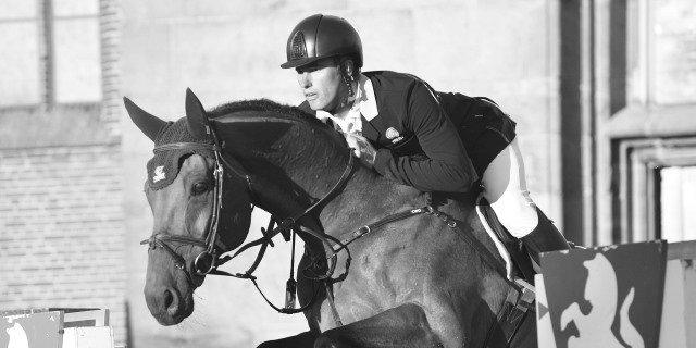 Un jinete salta con su caballo durante una competición