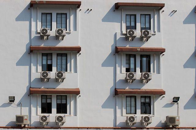 Fachada de edificio con aires acondicionados