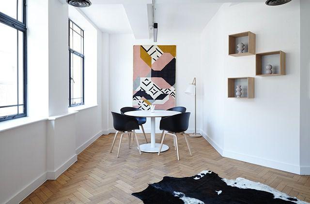 Imagen del salón de una casa con ventanales. Una de las estancias ideales para instalar un aire acondicionado.