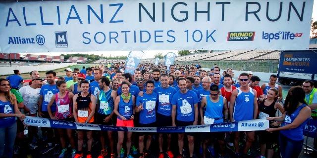 Imagen de la carrera solidaria Allianz Night Run 2016 con Marc Márquez en la línea de salida