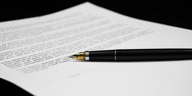 Firma del contrato de una póliza de seguro