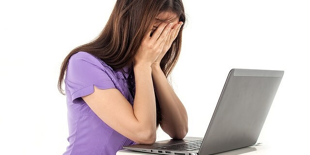 Mujer trabajando con su ordenador.